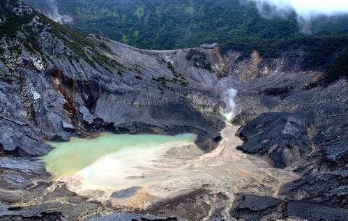 Kawah gunung Tangkuban Perahu di Subang