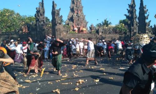 Wisata Perang Tipat Bantal di Desa Kapal