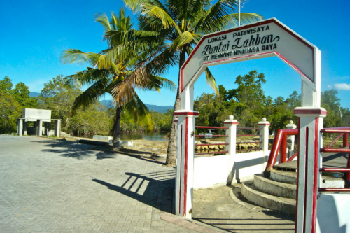 Jembatan merah pantai Lakban