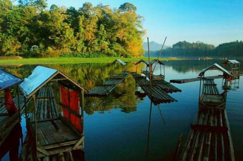 Pulau kecil tengah danau3