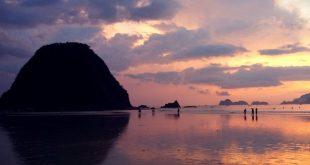 Pulau Merah Surganya Para Pecinta Surfing